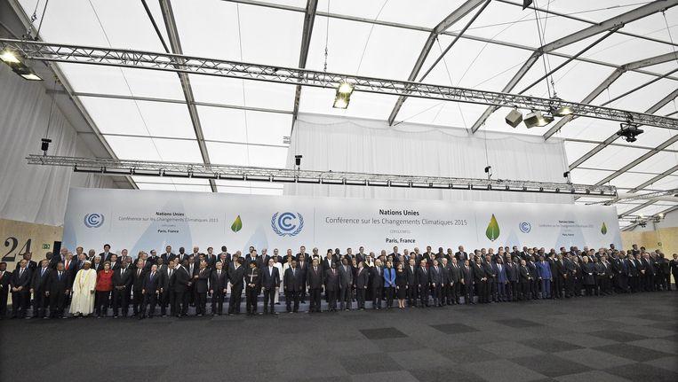 Een recordaantal wereldleiders maandag op de groepsfoto bij de klimaattop in Parijs. Bijna uiterst rechts premier Mark Rutte. Beeld epa