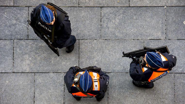 Zwaarbewapende politieagenten bewaken het nieuwe justitiepaleis aan de Bolivarplaats in Antwerpen, een dag nadat er een bommelding binnenkwam bij de telefooncentrale van het justitiepaleis.