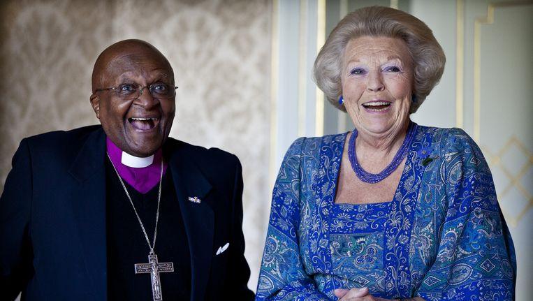 Koningin Beatrix ontvangt de Zuid-Afrikaanse aartsbisschop Desmond Tutu op Huis ten Bosch in Den Haag. Beeld ANP