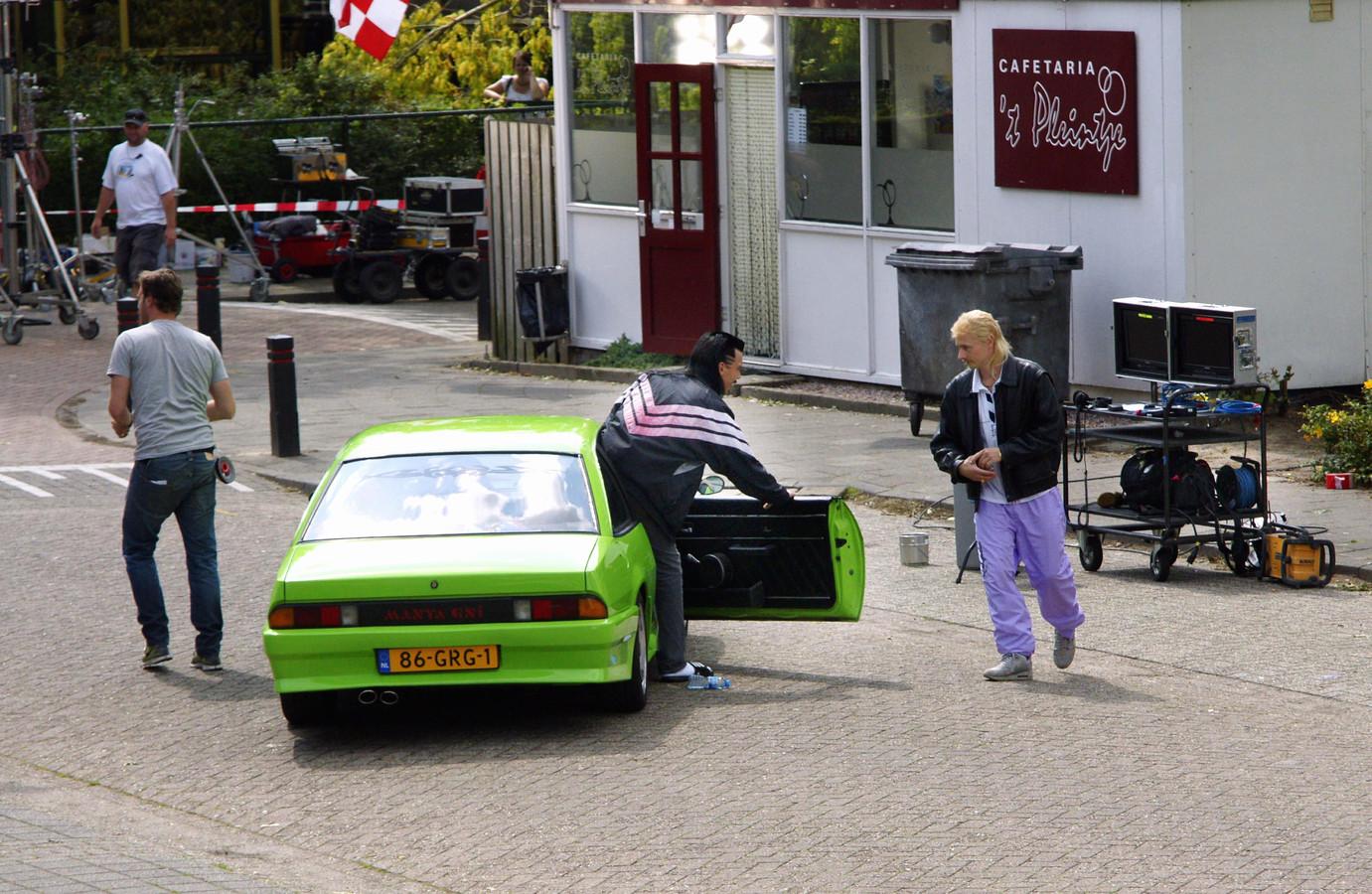 Archieffoto van de opnames van New Kids bij cafetaria 't Pleintje in Den Dungen.
