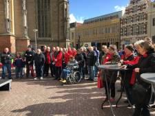 Tientallen protesteren tegen pensioenleeftijd tijdens manifestatie van 'Overlevers' in Deventer