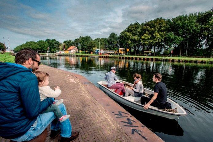 De draaibrug ging in 2015 ook al een paar weken dicht. Gijs van Esch speelde toen watertaxi met de Zomerlust-boot.
