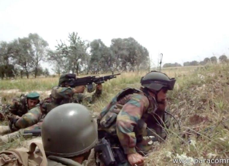 Belgische para's duiken weg wanneer ze plots beschoten worden.