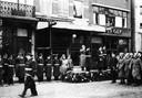 Parade van de Kriegsmarine op de Grote Markt in Breda, afgenomen vóór café Zum Franciskaner.