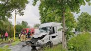 Bestelwagen ramt geparkeerde vrachtwagen: passagier in levensgevaar