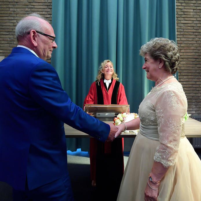Je eigen moeder mogen trouwen. Een stralende trouwambtenaar Sandra de Groot verbond vrijdagmiddag in Hoogerheide haar jarige moeder Chrisje Bogaerts en Leen Komejan in de echt.