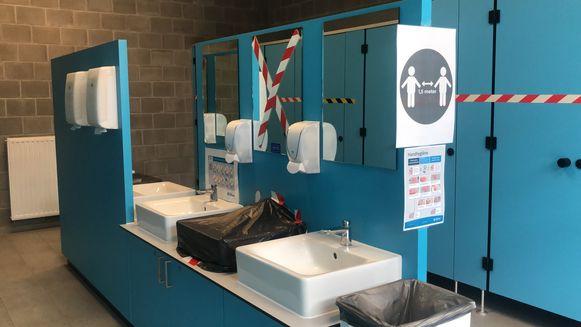 Waskranen en WC's zijn deels gesupprimeerd.