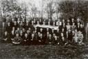 Verzetsstrijders poseren in 1944 in Benschop als ze denken dat de oorlog voorbij is. Duitsers vinden de foto en executeren zeven mensen.