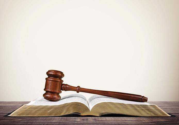 stockadr bijbel rechter hamer vonnnis rechtbank rechtspraak