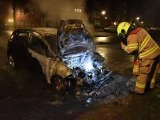 Auto in brand in woonwijk Elst