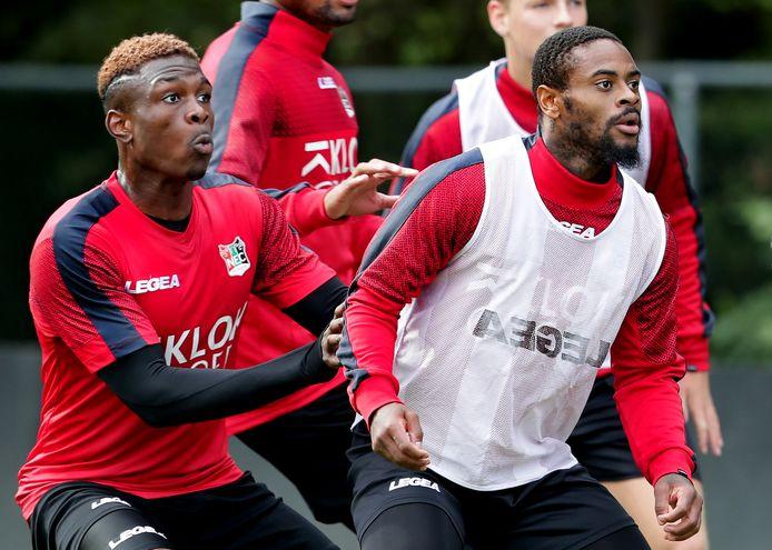NEC-verdediger Kevin Bukusu (links) duelleert op de training met aanvaller Terell Ondaan (rechts).