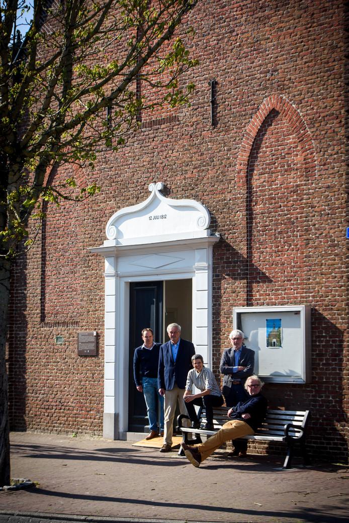 Van links naar rechts: Bram Quist, Henk van den Berg, Tjabine Guntlisbergen, Hendrik van den Boogaard en Jo Knoups. Op de foto onbreekt bestuurslid Johan Vos.