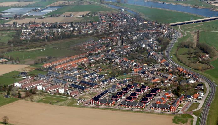 De Hoven, vanuit de lucht gezien. Het is de bedoeling dat het nieuwe buurthuis op het sportpark van voetbalclub ZVV De Hoven komt, zichtbaar helemaal links, halverwege de hoogte van de foto.