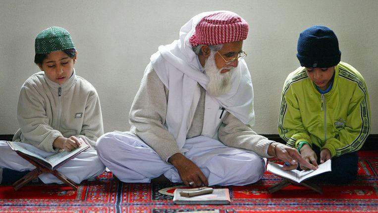 Een imam in de Central Mosque in Luton. Beeld afp