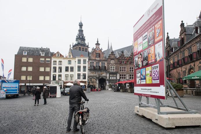 Verkiezingsbord gemeenteraadsverkiezingen op de Grote Markt in Nijmegen.