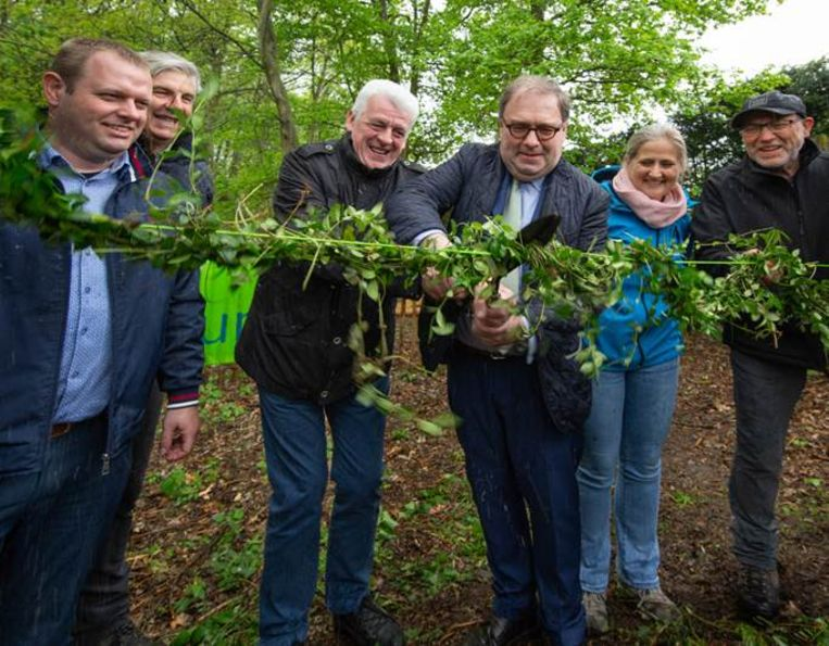 De burgemeesters van Aalst en Affligem openden zondag samen het Kluizenbos.