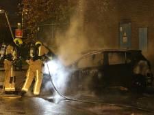 Geparkeerde auto verwoest door vlammen op de Schenkweg