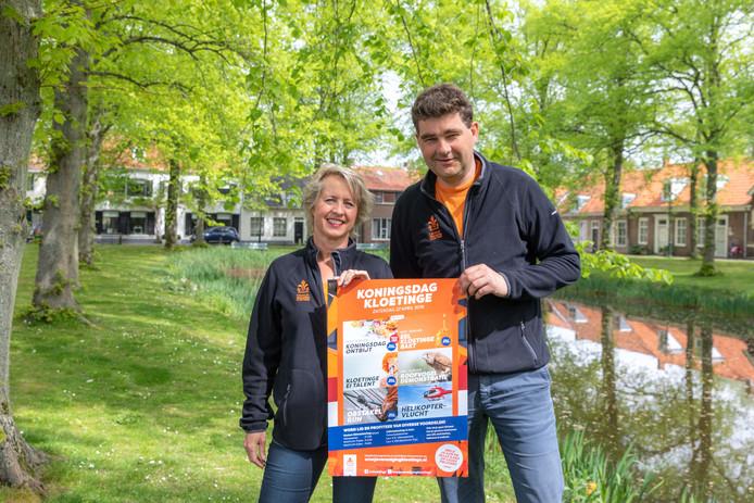 De bestuursleden Maryse van de Plasse en Markees Zuidweg met de poster die bij veel inwoners voor het raam hangt.