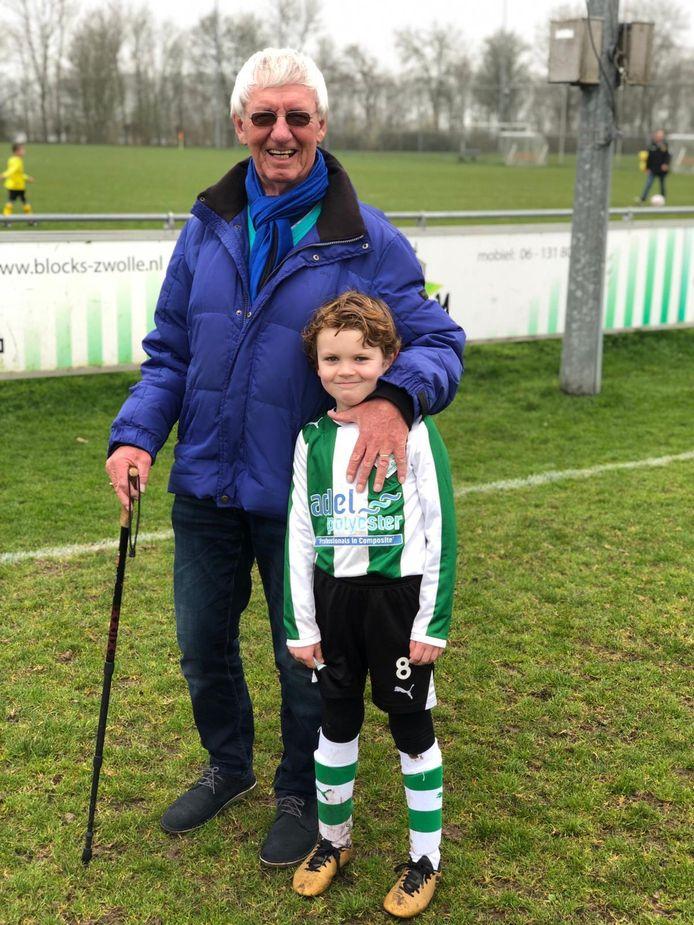 Berend Eenkhoorn met kleinzoon Brent bij SC Genemuiden