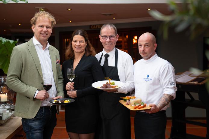 Roy en Marloes Boenders, gastheer Paul Wijlens en chef-kok Daniël Breukers.