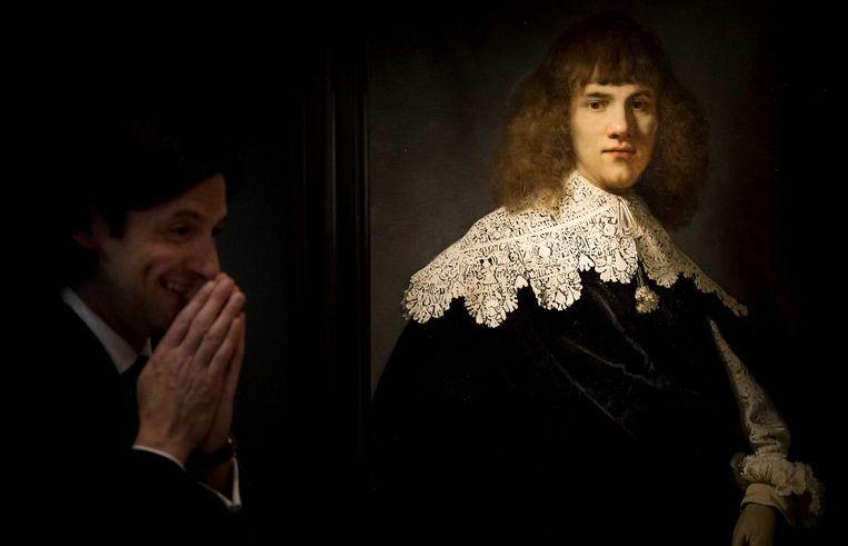 Jan Six voor het kunstwerk een portret van een jonge man in museum Hermitage Amsterdam, 2018. Beeld ANP