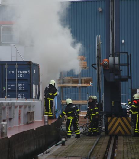 Flinke brand op containerschip in Haven van Waalwijk: 'Blijf uit de rook'
