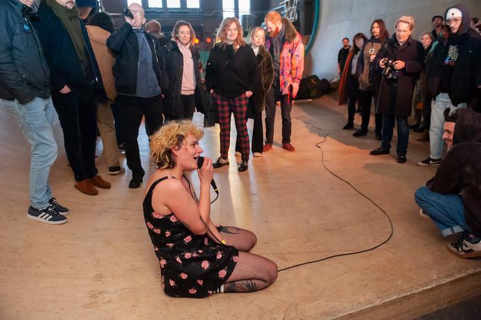 Den Bosch. Frontvrouw Aurélie Poppins van de punkband Cocaïne Piss geeft zich helemaal bij het optreden in de Skatehal tijdens het festival Rauwkost in âęs-Hertogenbosch
