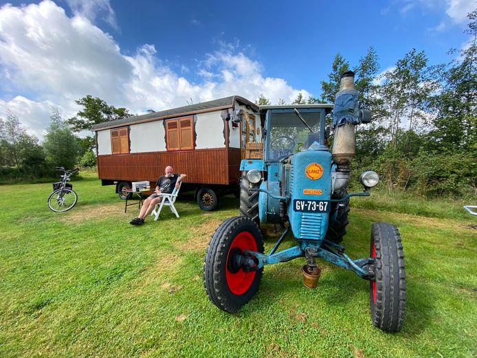 Eg Geerligs uit de Hardenbergse buurtschap Hoogenweg onthaast met zijn antieke Lanz Bulldog en pipowagen op een camping in Friesland.
