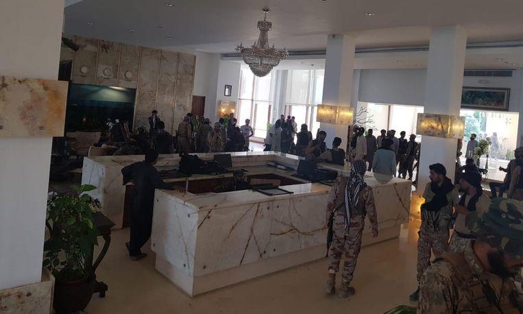Veiligheidstroepen inspecteren het hotel na de aanval.