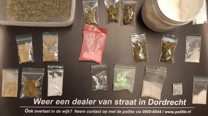 Twee mannen van 50 en 52 uit Dordrecht zijn opgepakt voor het handelen in harddrugs. Politie hield een actie op de M. H. Trompweg in Wielwijk.