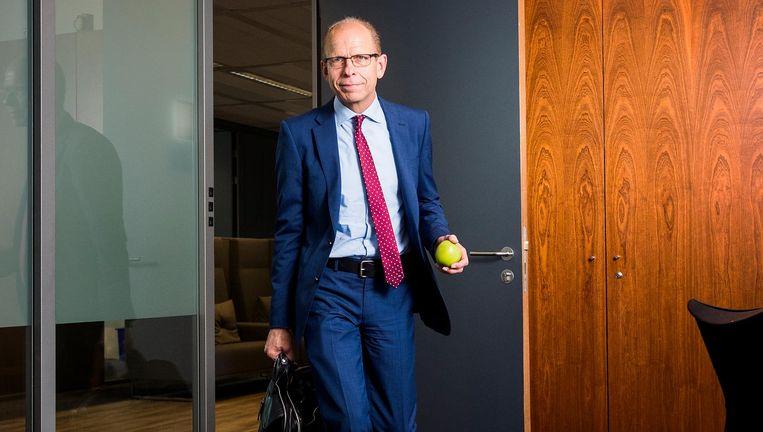 Gerrit van der Burg, misdaadbestrijder en marathonloper. Fruit behoort tot zijn bureau-accesoires. Beeld Jiri Buller / de Volkskrant