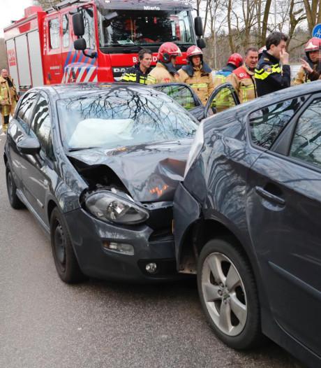 Kop-staartbotsing Geldrop, brandweer heeft moeite om auto's los te wrikken