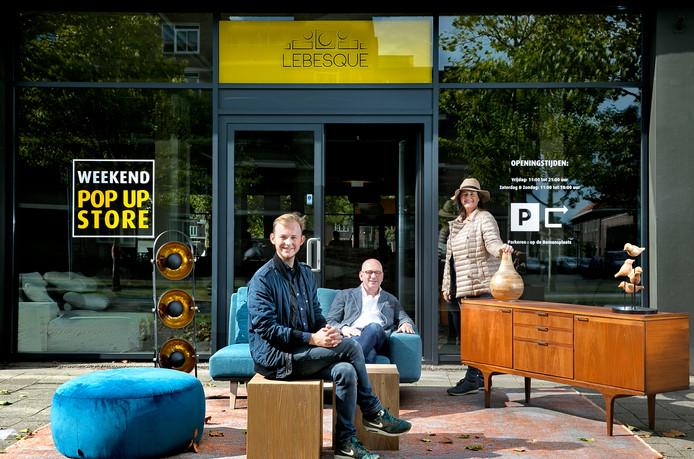 Thymo, Marcel en Dorine Lebesque voor hun pop-upstore aan de Stratumsedijk in Eindhoven.