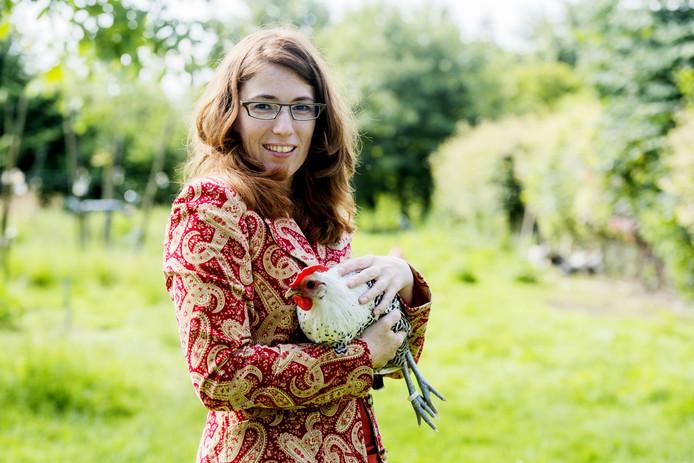 Riquette van de Pol, een van de actieve leden van Slow Food Brabant, bij de Walnoothoeve met een Chaams hoen.