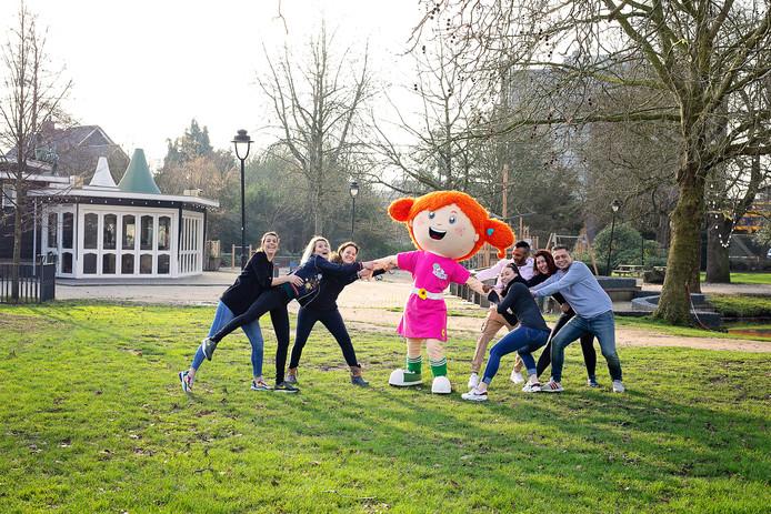 De voormalige organisatoren van Kids@thepark, links: Alina Kothman, Tanja Heerbaart, Kim Vollenbroek en mascotte Sproet. Rechts de nieuwe mensen Mariëlle en Sander Kluin, Rianne Nijhuis en Patrick Slagers.