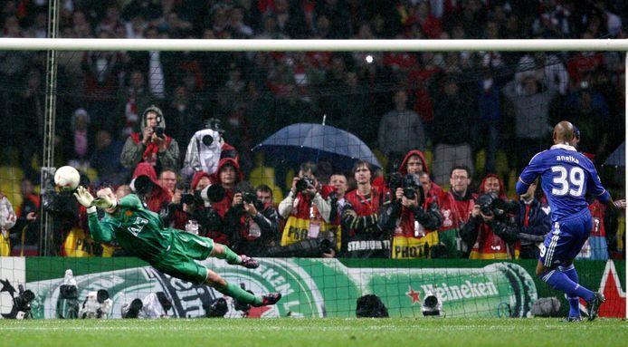 Edwin van der Sar pakt de penalty van Chelsea-aanvaller Nicolas Anelka.