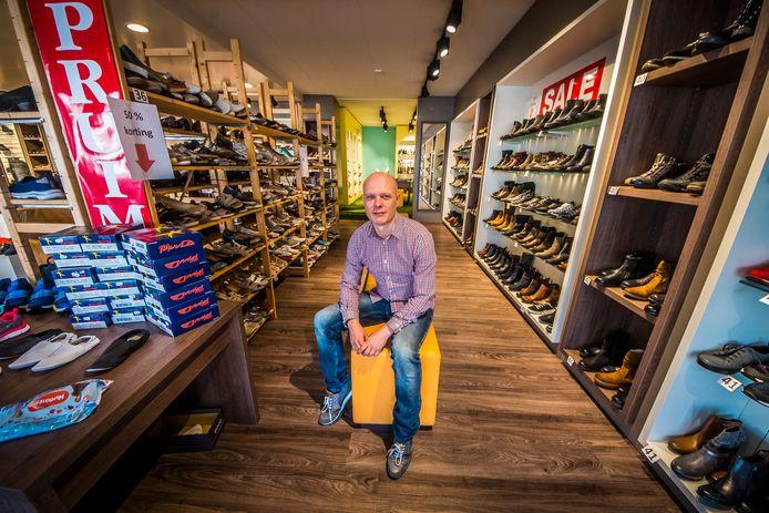 Sjoerd Molenveld in de schoenenzaak Molenveld aan Industriestraat in Hengelo.
