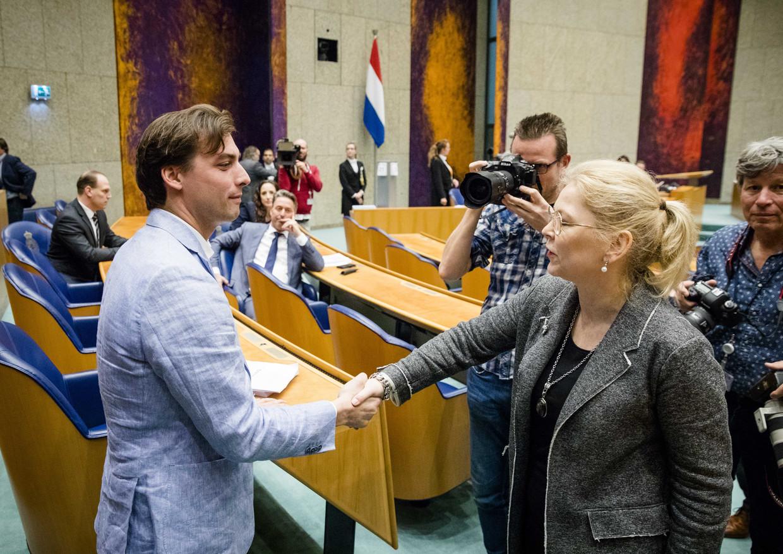 Thierry Baudet, leider van Forum voor Democratie, schudt de hand van Madeleine van Toorenburg (CDA) in de Tweede Kamer op de dag na Provinciale Statenverkiezingen. FvD bleek de grote winnaar.