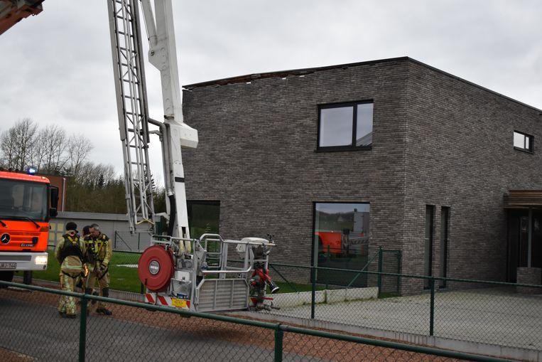 Brandweerpost Zottegem kwam met een ladderwagen ter plaatse om het dak vast te leggen.