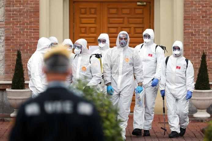 Soldaten desinfecteren een rusthuis in Madrid.
