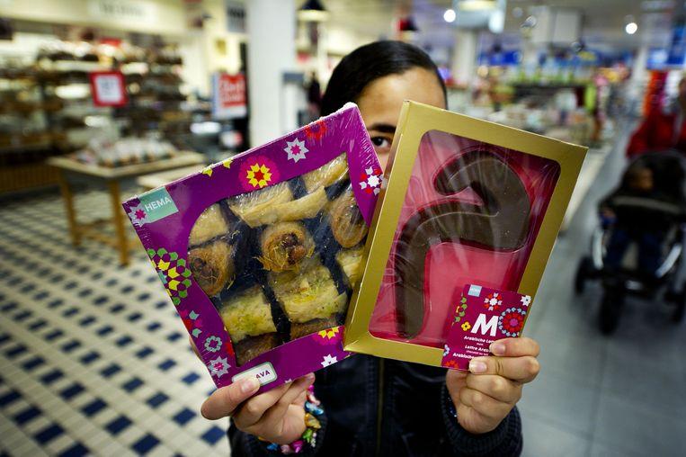 Baklava en een Arabische chocoladeletter bij de Hema op het Beursplein in Rotterdam Beeld anp