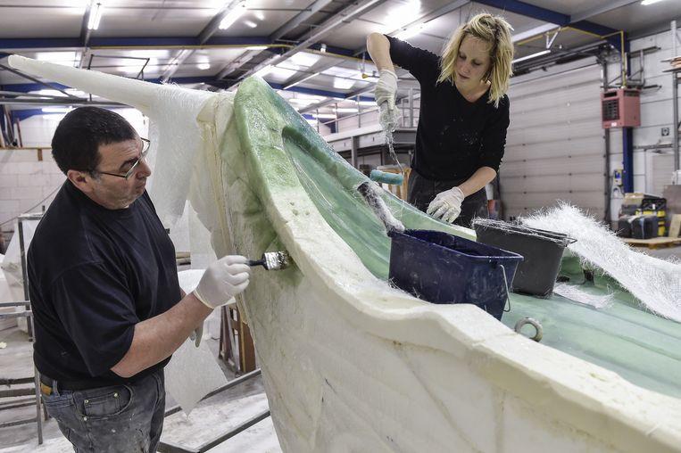 Rudy Boon en Karen Creve schilderen de piratenboot.