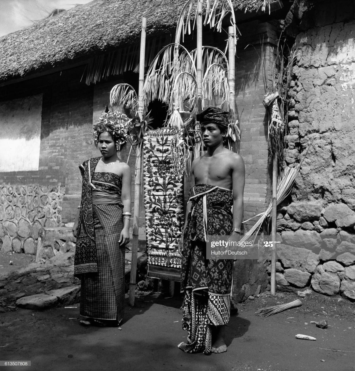 Een tienerstel tijdens zijn trouwdag op het Indonesische eiland Bali.