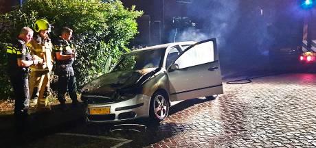 Opnieuw gaat een auto in vlammen op in Dordrecht