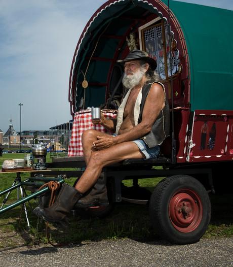 Brabants stel trekt bekijks met oude woonwagen in Tiel
