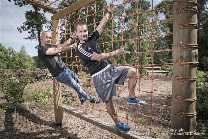 Kelvin Bekhuis (links) en Maurice Verveer van Studio Sport hebben met omwonenden afspraken gemaakt over het gebruik van het bootcampterrein om overlast te voorkomen.
