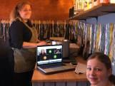 Guusje volgt les in tot koffiebar omgebouwde paardentrailer