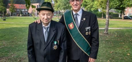 Zo vader zo zoon in Beek: Piet (95) kreeg toen een lintje, John (59) nu ook