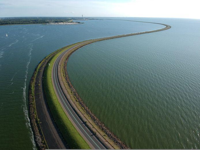 De Houtribdijk of Markerwaarddijk, tussen Lelystad en Enkhuizen. De dijk werd woensdagochtend afgesloten voor een deel van het verkeer in verband met storm.