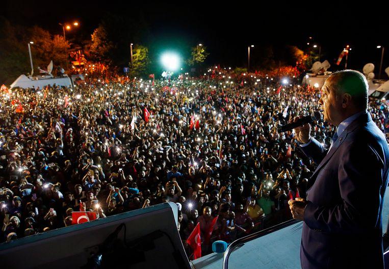 De Turkse president Erdogan spreekt zijn volgelingen toe aan het presidentieel paleis na het sluiten van de stembussen.